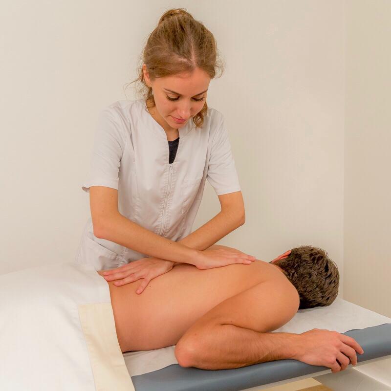 manipulation du dos d'un homme souffrant d'une sciatique par l'ostéopathe à paris