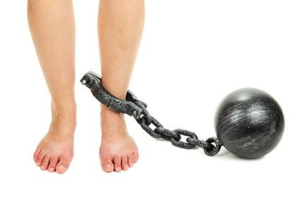 schématisation de la sensation de jambes lourdes avec un poids attaché à la cheville