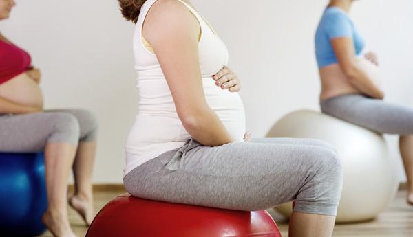 séance de préparation à l'accouchement avec des ballons