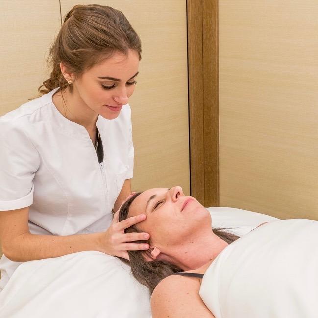 Prise en charge des adultes par l'ostéopathe dans un hôtel à Paris