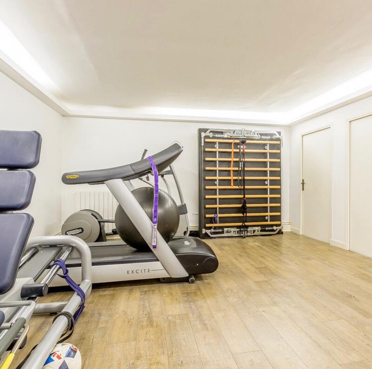 salle de rééducation avec tapis de course, rameur et elliptique